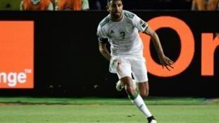 L'attaquant Riyad Mahrez exulte après avoir inscrit sur coup franc le but de la victoire de l'Algérie contre le Nigeria en demi-finales de la CAN-2019, le 14 juillet 2019 au Caire