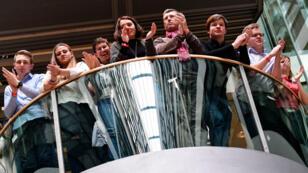 Au siège du SPD à Berlin, le 4 mars 2018, applaudissements de membres du parti social-démcrate durant la conférence de presse, annonçant le résultat du référendum interne portant sur la coalition avec la CDU d'Angela Merkel.