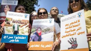 Des militantes pro-IVG soutenant la journaliste marocaine en procès, le 9 septembre, à Rabat.