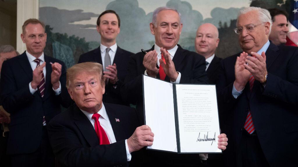 En esta foto tomada el 25 de marzo de 2019, el presidente de Estados Unidos, Donald Trump, sostiene una proclamación en la que reconoce los Altos del Golán como territorio israelí y posa junto al primer ministro israelí, Benjamin Netanyahu.