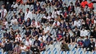 Una imagen de público en las gradas del Stade de France durante la disputa de la final de la Copa de Francia entre el Paris Saint-Germain (PSG) y el Saint-Etienne, el 24 de julio de 2020 a las afueras de París