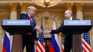 El presidente de Estados Unidos, Donald Trump, y el presidente de Rusia, Vladimir Putin, se dan la mano durante una conferencia de prensa conjunta después de su reunión en Helsinki, Finlandia, el 16 de julio de 2018.
