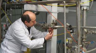 صورة من الأرشيف تُظهر مفتش من الوكالة الدولية للطاقة الذرية في منشأة نطنز النووية في وسط إيران في 20 كانون الثاني/يناير 2014