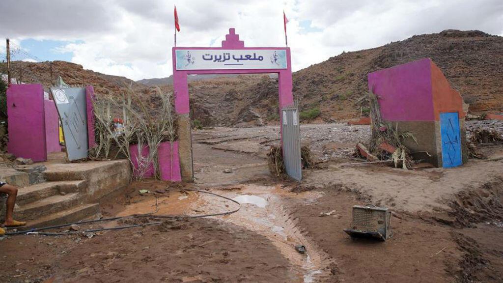 Una vista general sobre el campo de fútbol destruido por las inundaciones en Tizert, Marruecos, 29 de agosto de 2019.