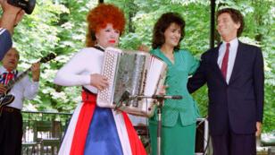 Yvette Horner lors d'un concert au jardin des Tuileries, à Paris, en compagnie de Linda de Souza et Jack Lang, le 11 juillet 1989.