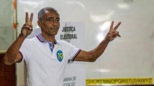 El candidato a gobernador de Rio de Janeiro por el Partido Podemos, el exjugador de fútbol Romario muestra la V de la victoria durante las votaciones generales del 7 de octubre de 2018 en Parada de Lucas, un vecindario de clase trabajadora, en Rio de Janeiro, Brasil