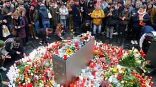 Tras la muerte de dos personas en un atentado antisemita a la mezquita de Halle, la comunidad se reúne en la plaza del mercado de la ciudad para rendirles un homenaje, el 10 de octubre de 2019.