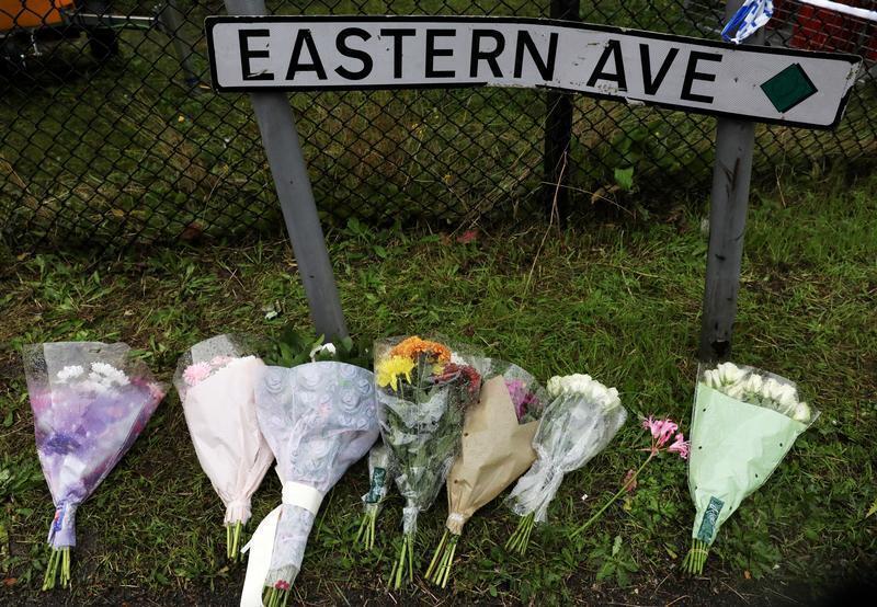 باقات من الورود في المكان الذي عثر فيه على جثث  39 صينيا داخل شاحنة بمدينة غريز البريطانية