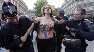 Femen au défilé FN du 1er Mai à Paris