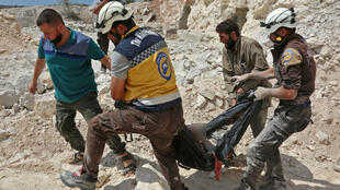 Des Casques blancs syriens lors d'une intervention après un bombardement à Idleb en Syrie, le 7 septembre 2018.