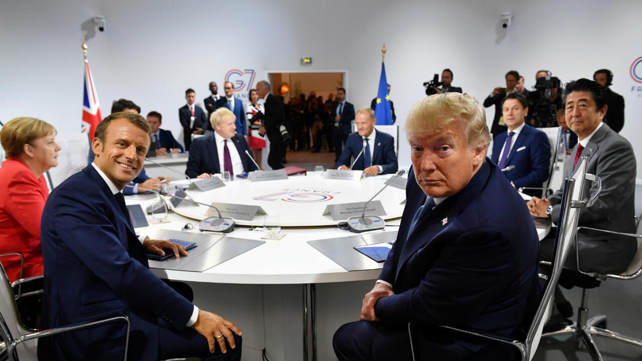 Los líderes del G7 y el presidente del Consejo Europeo, Donald Tusk, se reúnen por primera vez en una sesión de la Cumbre del G7, en Biarritz, Francia, el 25 de agosto de 2019.