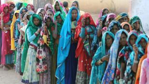 Mujeres esperan para emitir su voto en una mesa electoral en el estado de Rajasthan. 29 de abril de 2019.