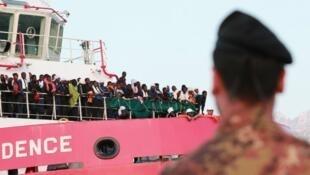 مهاجرون يصلون إلى إيطاليا في 24 يوليو/تموز 2017