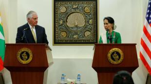 La líder de Myanmar, Aung San Suu Kyi, y el secretario de Estado de EE. UU., Rex Tillerson, asisten a una conferencia de prensa en Naipyidó, el 15 de noviembre de 2017.