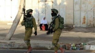 جنديان اسرائيليان يقومان بدورية شرق نابلس في 3 اكتوبر 2015