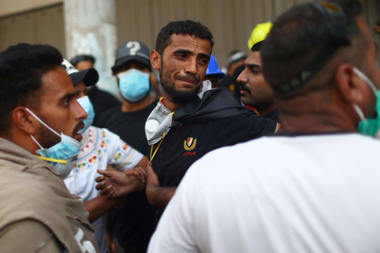 رد فعل متظاهر عراقي بعد مقتل أصدقائه خلال الاحتجاجات المستمرة المناهضة للحكومة في بغداد، العراق في 9 نوفمبر/ تشرين الثاني  2019.