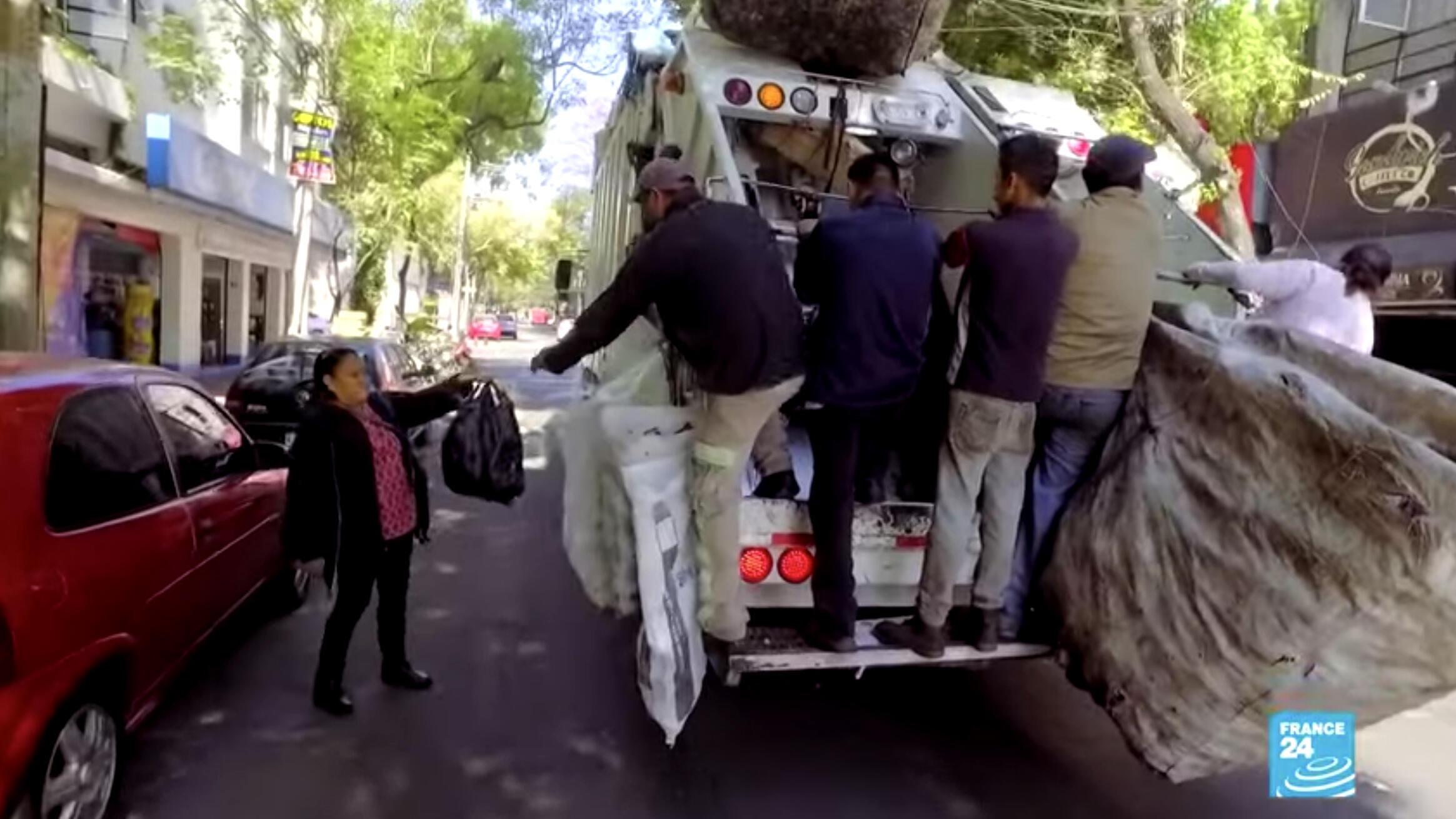 Captura de pantalla de un video que muestra un equipo de recolección de residuos en Ciudad de México, México.