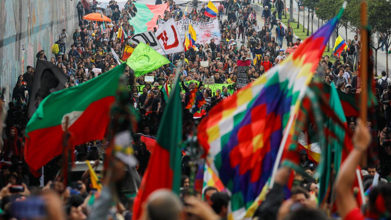 Además de la Whipala, en las calles de Colombia se ondea también la bandera del Consejo Regional Indígena del Cauca (CRIC), una de las organizaciones indígenas más grandes del sur del país. Sus colores representan el verde de la tierra y la sangre derramada por los pueblos indígenas. En estos días, parte de sus peticiones al gobierno es que cese el asesinato de indígenas en Colombia. Bogotá, 29 de noviembre de 2019.