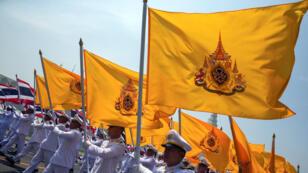 Oficiales tailandeses encabezan la procesión que lleva el agua sagrada hasta el Gran Palacio en Bangkok, como parte de los rituales previos a la ceremonia de coronación del rey Maha Vajiralongkorn, prevista para comienzos del mes de mayo. Bangkok, Tailandia. 20 de abril de 2019.