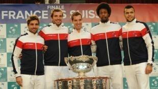 L'équipe de France de tennis pose avec la Coupe Davis à la veille de la finale contre la Suisse, jeudi 20 novembre 2014.
