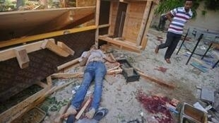 رجل يمر قرب جثة شخص قتل في مطعم بمقديشو، 15 حزيران/يونيو 2017