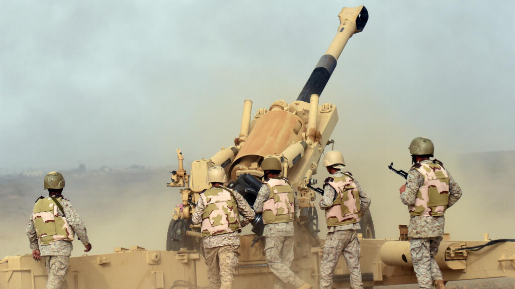 Des soldats saoudiens d'une unité d'artillerie près de la frontière avec le Yémen, le 13 avril 2015.