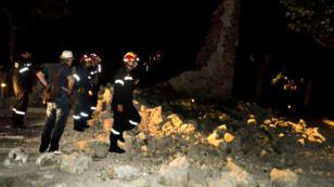 Des pompiers tentant d'intervenir auprès des habitants de l'île de Kos, en Grèce, après le séisme du 21 juillet.