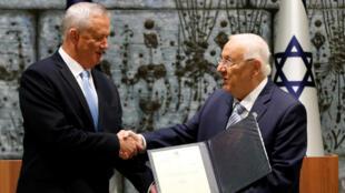 El presidente de Israel, Reuven Rivlin, hace el encargo de formar Gobierno al líder de Azul y Blanco, Benny Gantz, en su residencia presidencial, en Jerusalén, el 23 de octubre de 2019.