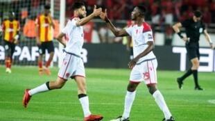 العاجي الشيخ ابراهيم كومارا مدافع الوداد البيضاوي المغربي (يمين) يحتفل مع زميله يحيى جبران بإدراك التعادل في مرمى الترجي التونسي (1-1) في ذهاب الدور النهائي لمسابقة دوري أبطال افريقيا في الرباط في 24 ايار/مايو 2019.