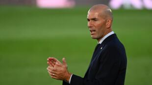 المدرب الفرنسي زين الدين زيدان يحفز لاعبيه خلال المباراة ضد فياريال في الدوري الإسباني لكرة القدم، في 16 تموز/يوليو 2020.