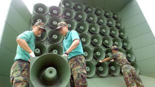 Des soldats sud-coréens démantèlent une installation de haut-parleurs près de la frontière avec la Corée du Nord, le 16 juin 2004.