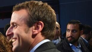 ألكسندر بينالا وماكرون خلال فترة ترشحه لرئاسة فرنسا. 11 تشرين الأول/أكتوبر 2016.