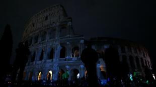 El Coliseo de Roma apagó sus luces apagó sus luces el 24 de marzo para unirse a la conmemoración de la Hora del Planeta.