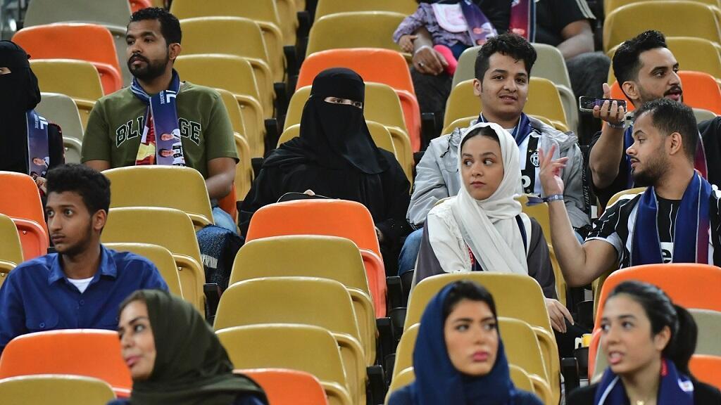 Las mujeres de Arabia Saudita asisten a la Supercopa Italiana entre Juventus y AC Milan en el estadio de la ciudad deportiva King Abdullah en Jeddah, el 16 de enero de 2019. En 2015, la ley les quitó la prohibición a las mujeres de ir al estadio.