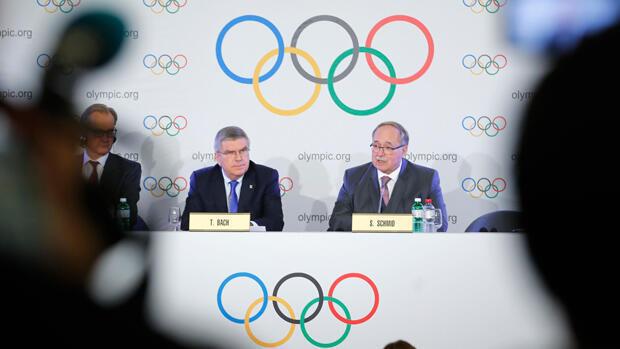 Schmid y Bach, máximas cabezas del COI, mientras anunciaban la sanción a Rusia