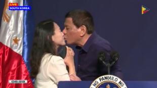 El presidente de Filipinas, Rodrigo Duterte, besa a una trabajadora durante un evento público en Seúl, el 3 de junio de 2018.