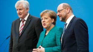 La líder de la Unión Demócrata Cristiana (CDU) y canciller alemana Angela Merkel, el líder de la Unión Socialcristiana (CSU) Horst Seehofer y el líder del Partido Social Demócrata (SPD) Martin Schulz posan luego de una declaración sobre las conversaciones de coalición para formar un nuevo gobierno en Berlín, Alemania el 7 de febrero de 2018.