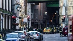 انتشار للشرطة البريطانية في حي بورو ماركت بعد الاعتداء في لندن في 4 حزيران/يونيو 2017