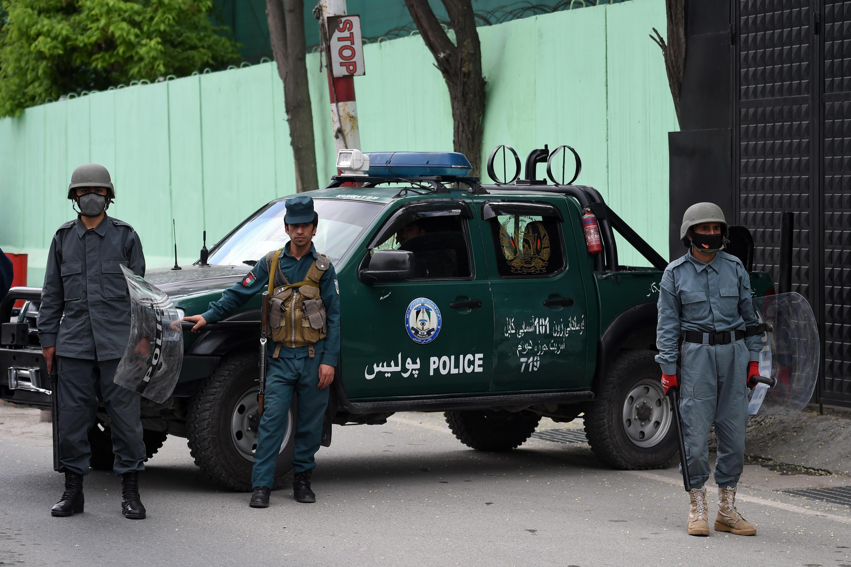 أفراد الأمن الأفغان يحرسون السفارة الإيرانية في كابول في 11 مايو/ أيار 2020.