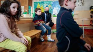 El ministro francés de Educación, Jean-Michel Blanquer, visita un colegio de París reabierto el 11 de mayo de 2020