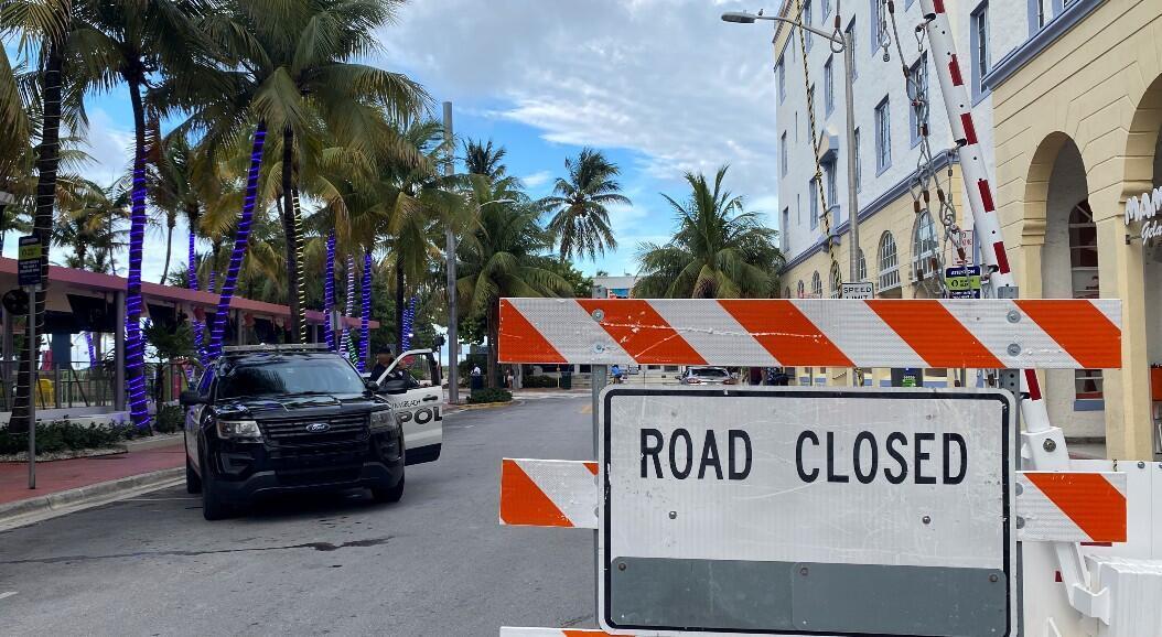 Archivo-Un vehículo policial está estacionado junto a una barrera que bloquea una calle, antes del toque de queda de las 8 p.m., impuesto por las autoridades, debido a la creciente cantidad de casos de coronavirus, en Miami Beach, Florida, EE. UU., el 18 de julio de 2020.