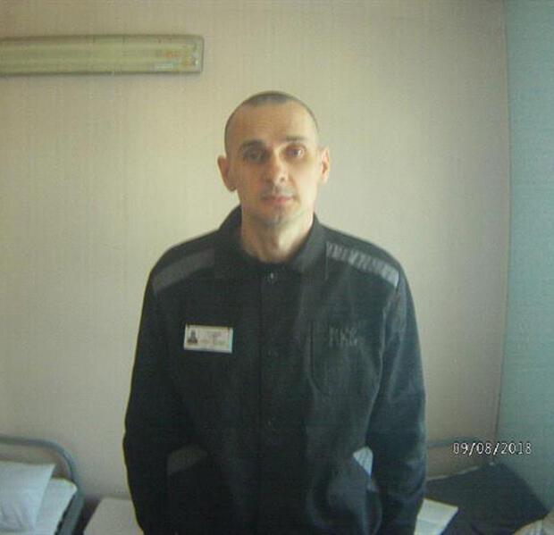 """El cineasta ucraniano Oleg Sentsov posa para una fotografía en su celda del correccional de alta seguridad conocido como """"Oso Polar"""", en el distrito de Yamalia-Nenetsia, Rusia, ayer 9 de agosto de 2018."""
