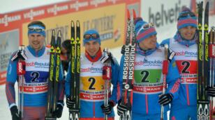 Alexander Legkov et Evgeniy Belov (3e et 4e en partant de la gauche) ont été suspendus à vie des compétitions olympiques par le CIO.
