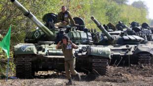 Des séparatistes pro-russes dans l'est de l'Ukraine prennent part à une compétition entre différentes unités de chars, le 24 septembre 2015, dans la région de Donetsk.