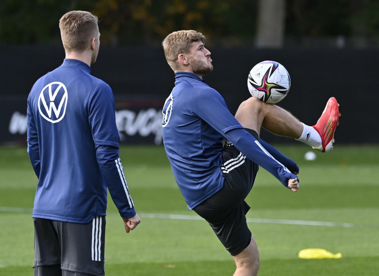 Timo Werner kontrolliert den Ball bei einer Trainingseinheit für Deutschland am Mittwoch in Hamburg