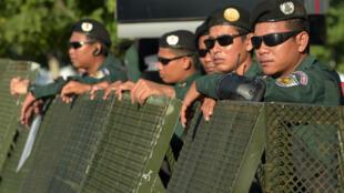 Les forces de l'ordre déployées devant la Cour suprême, à Phnom Penh, peu avant l'annonce de la dissolution du CNRP, le 16 novembre.