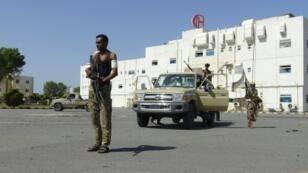 Yemeni pro-government forces gather outside the May 22 Hospital on the eastern outskirts of Hodeida on November 15, 2018
