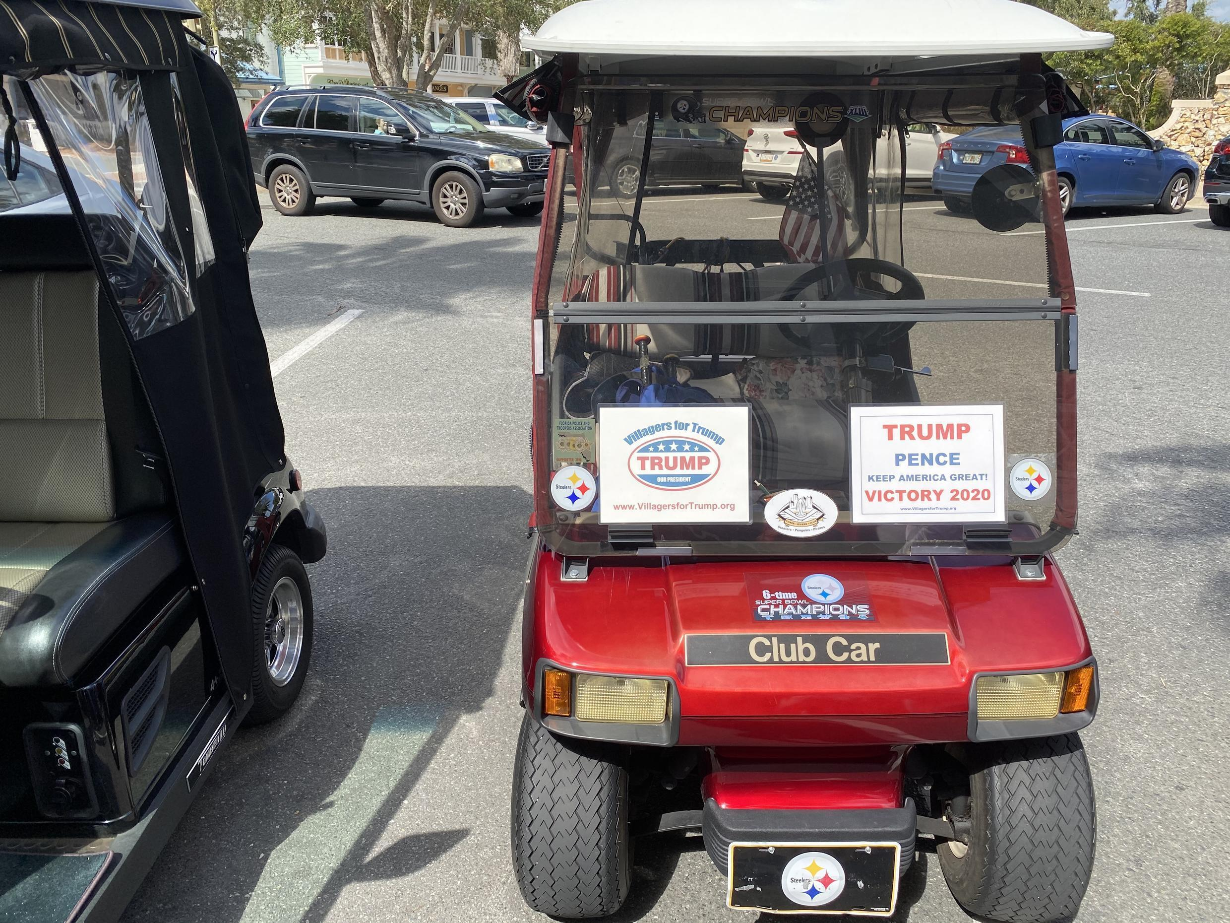 "Une voiturette de golf aux couleurs de Donald Trump à ""The Villages"", en Floride, le 13 octobre 2020."