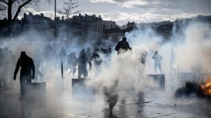 Dissimuler volontairement son visage lors d'une manifestation devient un délit assorti d'une peine d'un an d'emprisonnement et 15 000 euros d'amende.