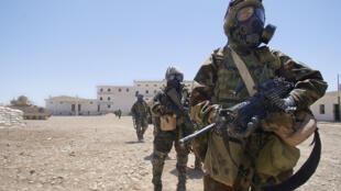 Des soldats américains, en 2004 en Irak, équipés de combinaisons de protection contre les armes chimiques.